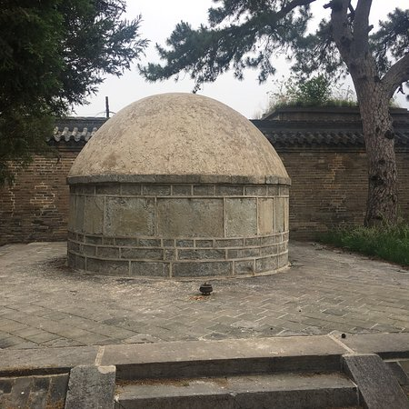 Liaoyang Tokyo Mausoleum: Liaoyang Dongjin mausoleum- not open to visitors, but we managed to persuade the caretaker to un