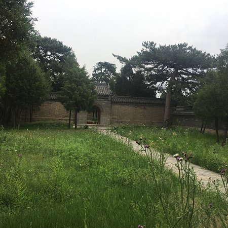 Liaoyang Tokyo Mausoleum : Liaoyang Dongjin mausoleum- not open to visitors, but we managed to persuade the caretaker to un