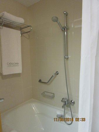 โรงแรมคาทาโลเนียบาร์เซโลนาพลาซา: Note shower curtain