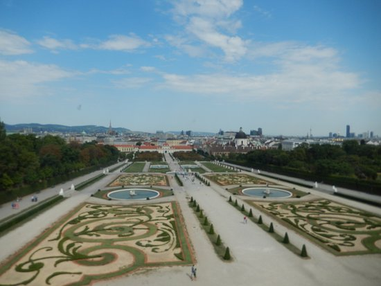 Museum dan Istana Belvedere: View of the gardens and Lower Belvedere Palace from Upper Belvedere Palace