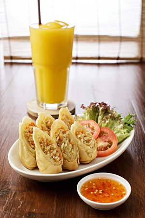 Cafe de ThaanAoan : A healthy spring roll to fill you up before continuing your day.
