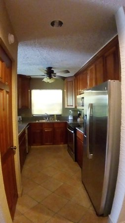 Clarion Suites Roatan at Pineapple Villas: kitchen