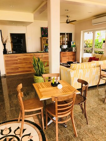 Samoana Boutique Hotel: Coffee Raosters Cafe and Reception Area