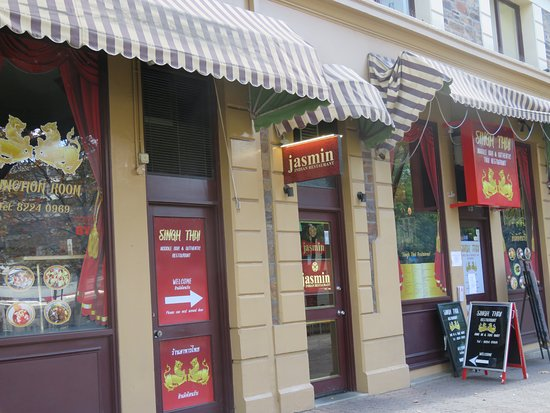 Jasmin Indian Restaurant: Narrow doorway leading to the Jasmin Restaurant