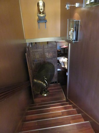 Jasmin Indian Restaurant: Stairs leading down to the comfortable Restaurant Jasmin