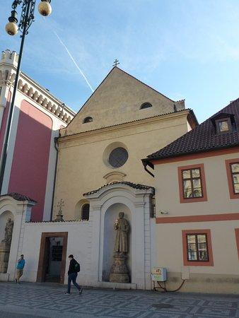Kostel Svateho Josefa: Вход во дворик храма