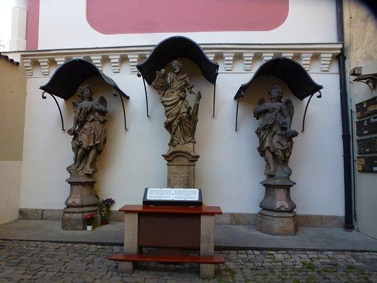 Kostel Svateho Josefa: Святой Иуда Фаддей с ангелами во дворике храма