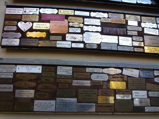 Kostel Svateho Josefa: Таблички с благодарностью Всевышнему во дворе храма