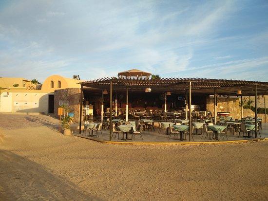 Three Corners Fayrouz Plaza Beach Resort: il ristorante visto dalla piscina