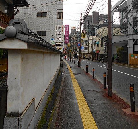 Choenji Temple: 上人橋通りの雰囲気(写真左手は長円寺の塀)