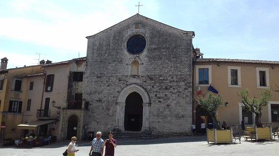 Piazza San Francesco: La chiesa.