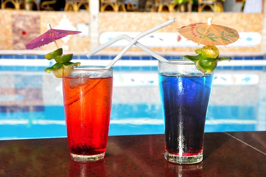 Artistic Diving & Beach Resort : Poolbar with drinks