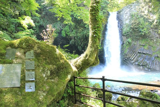 Joren Waterfall: 天城越えの看板(?)と共に