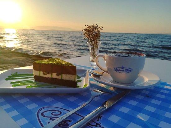 Guzelbahce, Turcja: Latte, fıstıklı pasta ve günbatımı