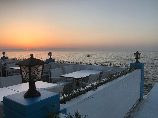 Guzelbahce, Turcja: Cafe de Blue terasında günbatımı