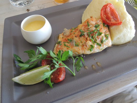 Ile-de-Sein, France: Filet de lieu jaune de ligne, sauce au beurre blanc et purée à tomber ... une tuerie ce plat.