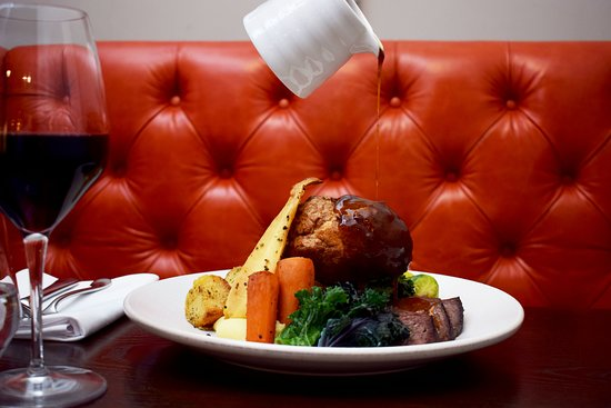 The Jones Family Project: Roast Beef in Red Booth - photo by Bernardo Fernandes