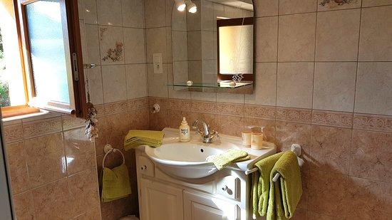 Le Domaine de la Dame Blanche : Salle de bain chambre Puits d'Amour