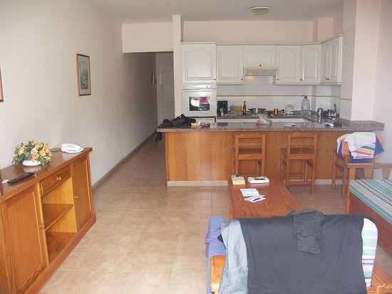 Jardin del Conde: Wohnbereich, aber Küchenzeile nur minimalistisch ausgestattet und abgenutzt