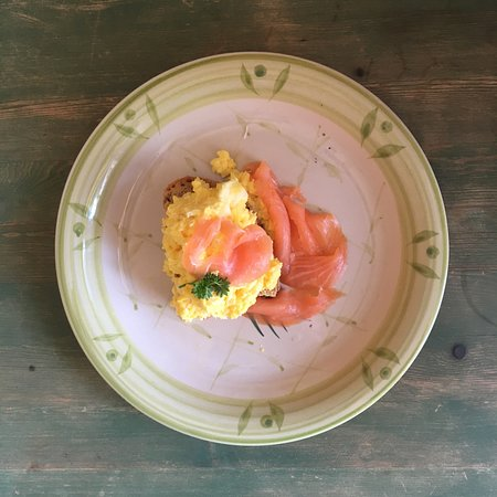 Shillingford, UK: Breakfast - scrambled local eggs and smoked salmon
