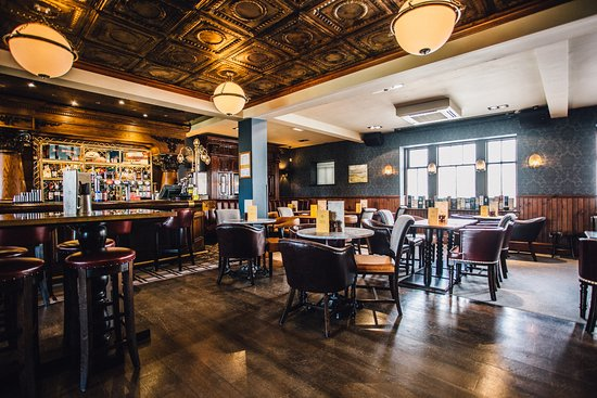 The Golf Tavern : Newly refurbished with many original features retained.