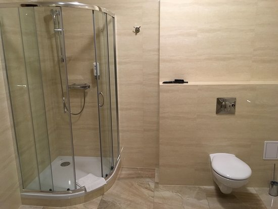 Hotel Jan: Large bathroom.