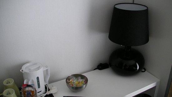 Pension Garate: Mesa escritorio con lamparita, caramelos y hervidor agua para cafe/te gratuito.