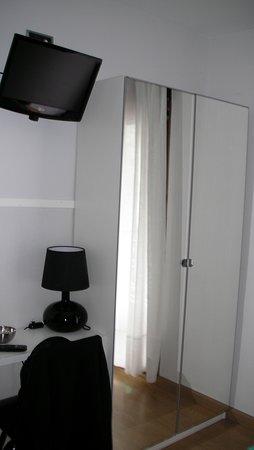 Pension Garate: Televisor pantalla plana, y armario con puertas espejo.