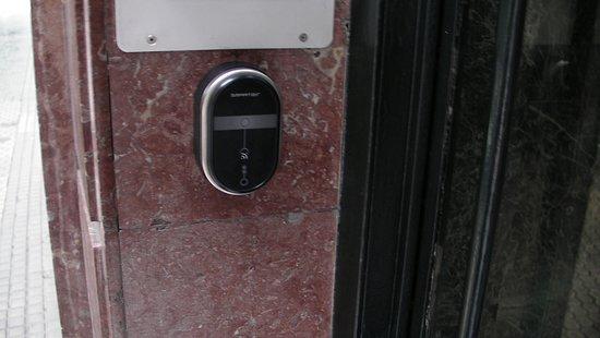 Pension Garate: Lector llave mágnetica para apertura puerta de la calle.