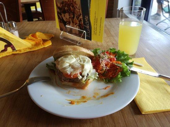 Dahlem, Tyskland: Cheeseburger und Zitronenlimonade