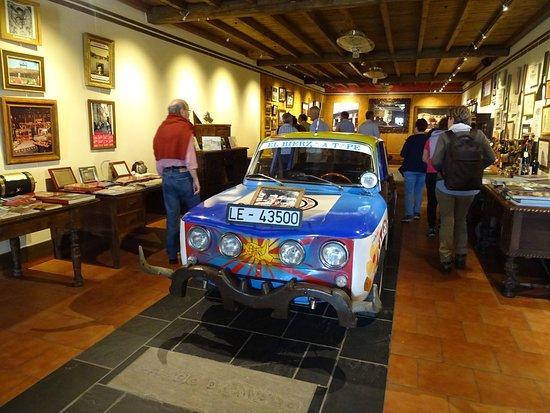Palacio de Canedo Restaurant: El famoso R8 del Bierzo en un abigarrado museo