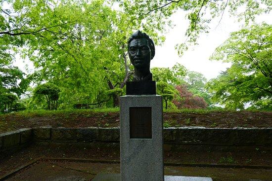 Kamegajo Park: 野口英世像。幼少時代に城跡で友人と遊んでいたそうです。