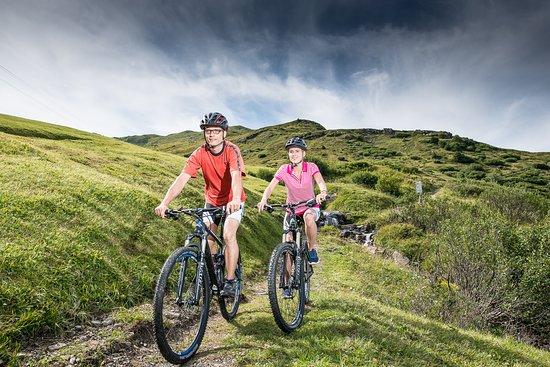Fideris, Schweiz: Die Heuberge sind Ausgangspunkt für diverse Bikerouten. Neu fährt unser Bus mit Bikeanhänger hoc