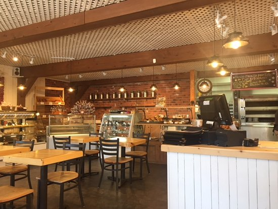 Tartes et clafoutis: Service counter and seating