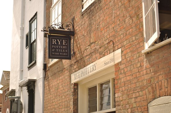 Ράι, UK: Rye Pottery's shop in the centre of town is in a former Brewery with sizeable beams & exposed br