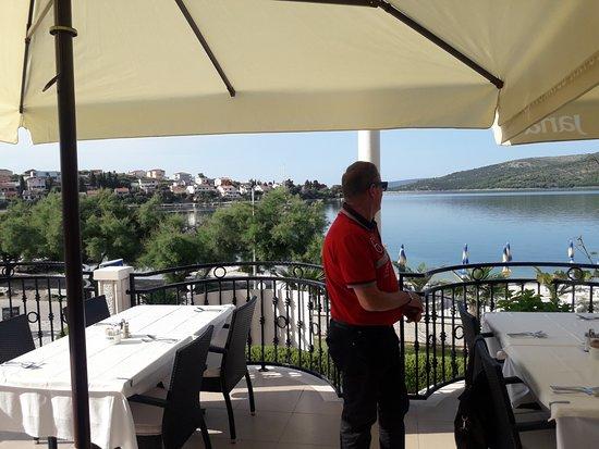 Seget Vranjica, كرواتيا: Herrlicher Blick aufs Meer von der Frühstücksterasse...