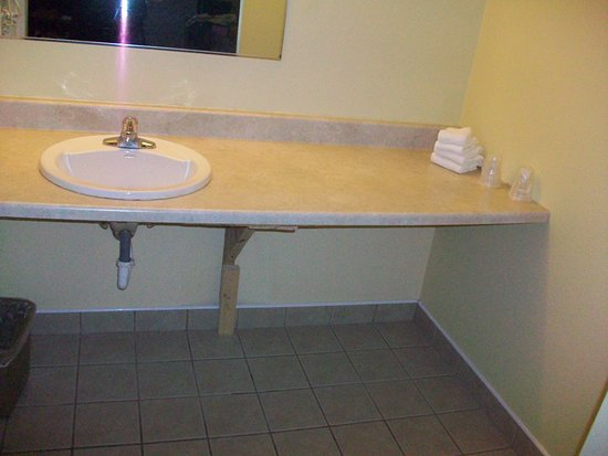 Pennsville, NJ: Sink area separate from toilet and tub