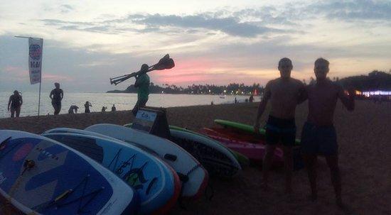SUPer Juice Bar & Paddleboard Hire: Friends Pre Sunset Group Session - Unawatuna Bay