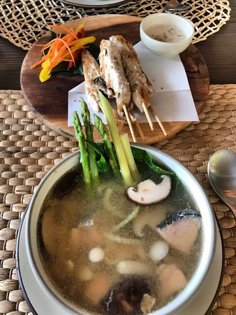 Thalang District, Tailandia: miso salmon soup and chicken satay