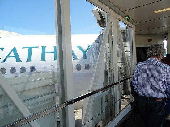 Cathay Pacific : Tunnel d'accès au Boeing 777 300 à 11 H 15