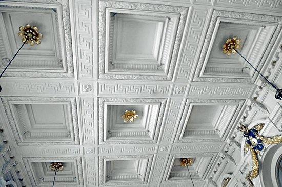เซ็นทรัลสเตชั่น: Décoration du Royal-Café: l'horloge surmontée du L léopoldien