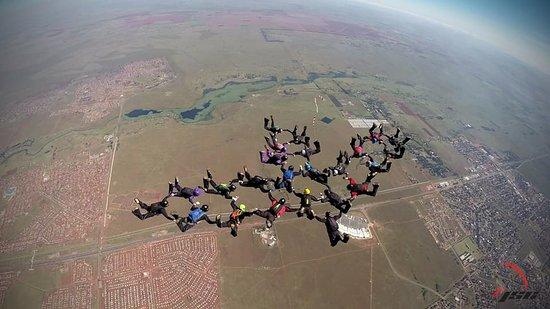 Johannesburg Skydiving Club: Big way record for SA