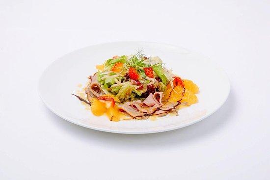Gluhwein : Запеченное утиное филе, листья салатов, клубника, яблоко, виноград, бальзамик, апельсиновый соус
