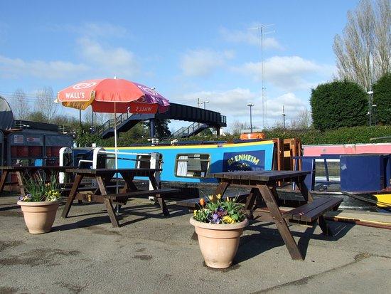 Lower Heyford, UK: Outside Kizzies Bistro at Heyford Wharf