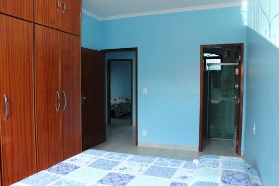 Pousada Acolhedora Azul: Site com cama de casal e banheiro privativo pode-se transforma-lo em quarto triplo/quadruplo