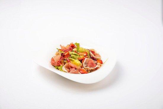 Gluhwein : Салат с пармой и клубникой.