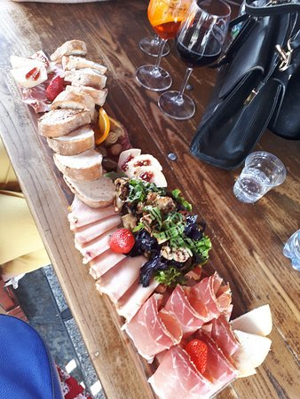 La Prosciutteria - Milano Navigli: Fed all 3 of us easily! This is just the 'medium' size.