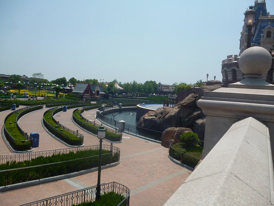 Shanghai, Chine : The view from the the bridge going to the castle