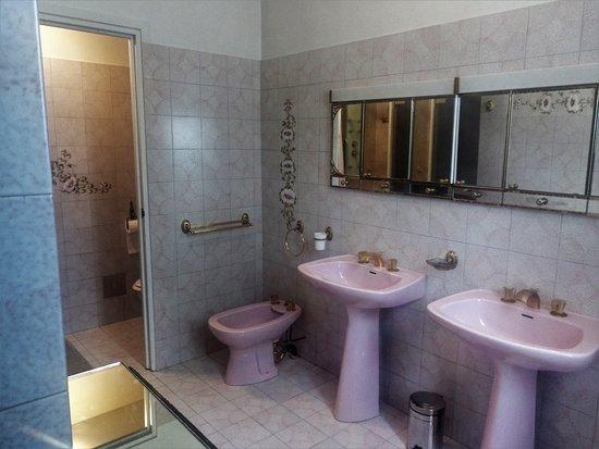 Maison La Longere: La salle de bain de la chambre rouge