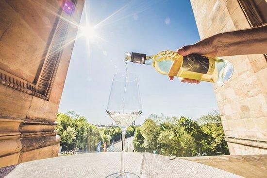 Landtagsgaststätte im Maximilianeum : Weinglas auf Terrrasse